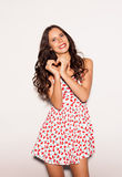 Молодая женщина портрета счастливая усмехаясь показывая жест знака сердца с nex рук к белой предпосылке крыто стоковые фотографии rf