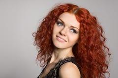 Молодая женщина портрета усмехаясь с красными волосами стоковое фото rf