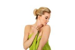 Молодая женщина после полотенца зеленого цвета iin ванны Стоковые Фото