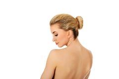 Молодая женщина после полотенца зеленого цвета iin ванны Стоковые Изображения RF