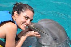 Молодая женщина поцелуя дельфина Стоковые Фото