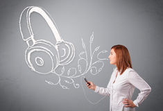 Молодая женщина поя и слушая к музыке с абстрактным headpho Стоковое Фото