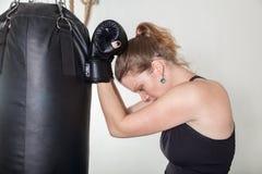 Молодая женщина полагается руки черной груши Стоковое Изображение RF