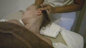 Молодая женщина получая головной массаж на курорте сток-видео