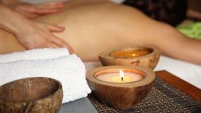 Молодая женщина получая задний массаж в салоне курорта Руки крупного плана masseur видеоматериал