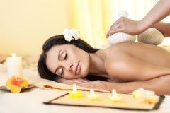 Молодая женщина получая массаж в тайском курорте Стоковые Изображения