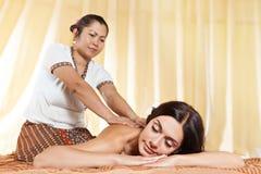 Молодая женщина получая массаж в тайском курорте Стоковые Фото