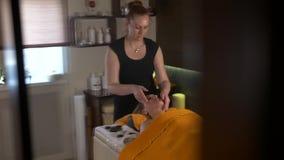 Молодая женщина получая обработку курорта на салоне красоты Массаж стороны курорта Лицевая косметика Салон курорта видеоматериал