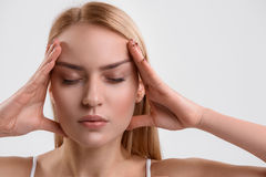 Молодая женщина получая освобожданный стресса стоковое изображение rf