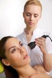 Молодая женщина получая терапию лазера Стоковое Изображение