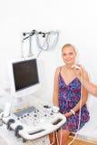 Молодая женщина получая ультразвук стоковое фото