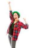 Молодая женщина празднуя при ее поднятые оружия Стоковые Изображения