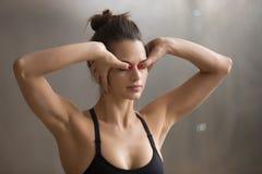Молодая женщина практикуя метод Kriya для глаз и relie стресса Стоковые Фотографии RF