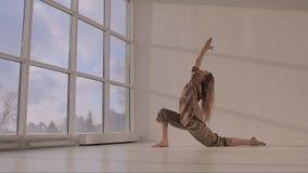 Молодая женщина практикуя низкое представление выпада от йоги видеоматериал