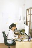 Молодая женщина предпринимателя работая на домашнем офисе Стоковое Фото