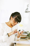 Молодая женщина предпринимателя работая на домашнем офисе Стоковое фото RF