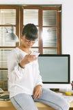 Молодая женщина предпринимателя работая на домашнем офисе Стоковая Фотография
