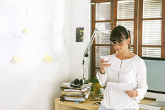 Молодая женщина предпринимателя работая на домашнем офисе Стоковая Фотография RF