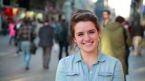 Молодая женщина представляя в улице сток-видео