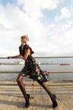Молодая женщина представляя около моря. стоковое фото rf