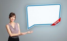 Молодая женщина представляя современный космос экземпляра пузыря речи Стоковое Изображение RF