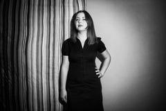 Молодая женщина представляя с linen черно-белым Стоковые Фотографии RF