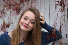 Молодая женщина представляя для ее портрета Стоковая Фотография