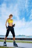 Молодая женщина пригонки, sporty и атлетических Красивое rollerbladi девушки Стоковое Фото