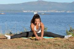 Молодая женщина приниманнсяый за фитнес outdoors Стоковое Изображение