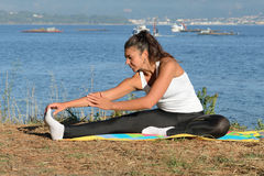 Молодая женщина приниманнсяый за фитнес outdoors Стоковые Фото