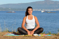 Молодая женщина приниманнсяый за фитнес outdoors Стоковое фото RF