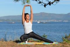 Молодая женщина приниманнсяый за фитнес outdoors Стоковые Изображения