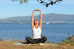 Молодая женщина приниманнсяый за фитнес outdoors Стоковое Фото