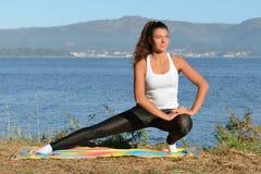 Молодая женщина приниманнсяый за фитнес outdoors Стоковые Фотографии RF