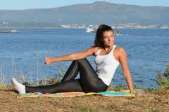 Молодая женщина приниманнсяый за фитнес outdoors Стоковая Фотография