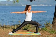 Молодая женщина приниманнсяый за фитнес outdoors Стоковое Изображение RF