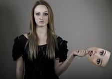 Молодая женщина принимая маску стоковая фотография rf