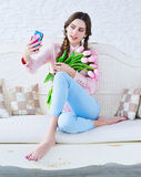 Молодая женщина принимая selfie с ее мобильным телефоном Стоковое Изображение RF