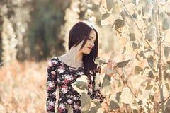 Молодая женщина при зеленые глаза нося вскользь одежды Стоковое Фото
