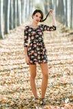 Молодая женщина при зеленые глаза нося вскользь одежды Стоковая Фотография
