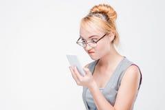 Молодая женщина при раздражанный телефон сердитый, раздражанный и Стоковая Фотография
