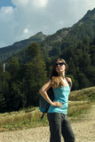 Молодая женщина при рюкзак в горах Стоковые Фото