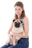 Молодая женщина при собака мопса изолированная на белизне Стоковое Фото