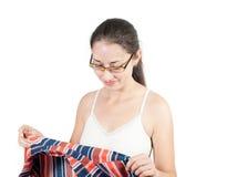 Молодая женщина пробуя на одеждах Стоковая Фотография RF