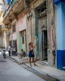 Молодая женщина проверяет ее телефон для сообщений Стоковое Фото