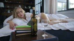 Молодая женщина просыпая вверх с похмельем и головной болью видеоматериал