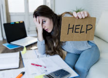 Молодая женщина прося стресс страдания помощи делая отечественные счеты обработки документов бухгалтерии стоковое изображение
