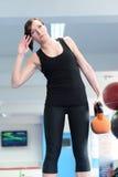 Молодая женщина протягивая с весом колокола чайника Стоковое Изображение