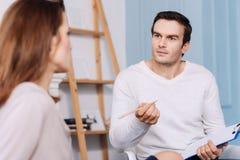 Молодая женщина профессионального мужского психолога советуя с стоковое изображение rf