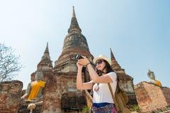 Молодая женщина путешественника держа камеру Стоковые Фото